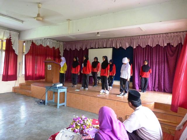 Persembahan Kemerdekaan daripada murid-murid Tahap 2 perempuan