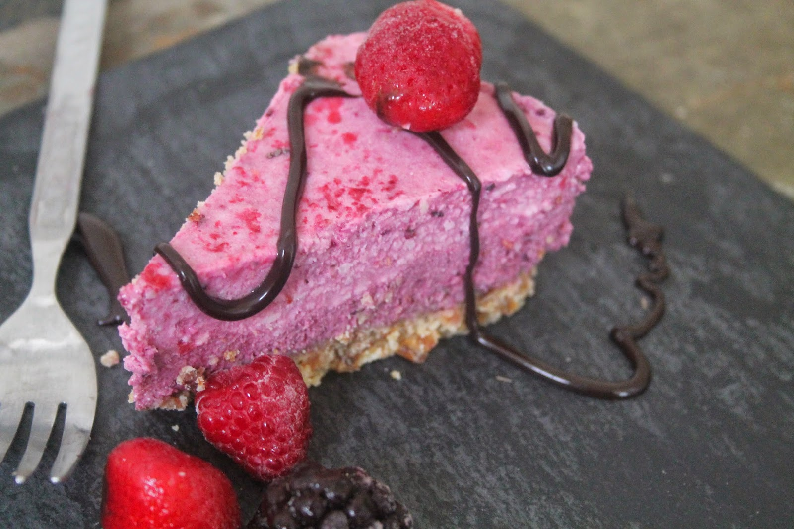 Raw berry protein cheesecake