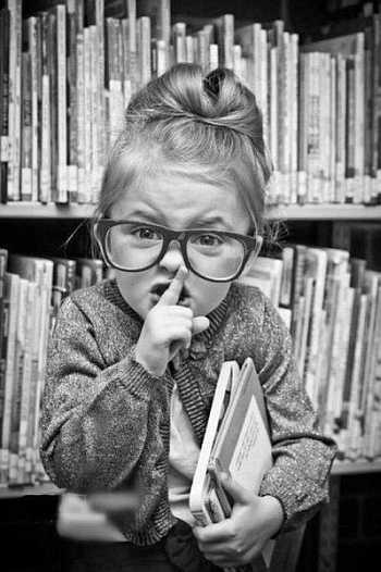 dziewczynka, biblioteka, książka, uciszanie, cicho