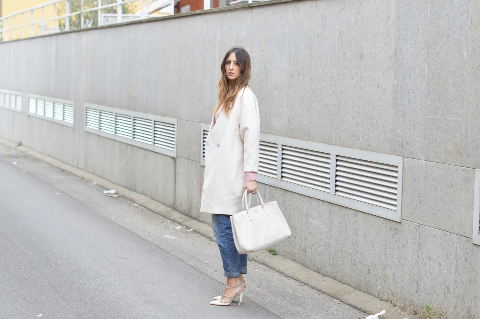 white coat, oversize coat, baby pink, zara jeans, boyfriend jeans, baby pink street style, prada bag, valentino rockstud shoes, elisa taviti, my fantabulous world, fashion blogger italiane, italian fashion blogger