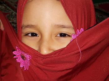 Dia Gadis Bertudung Merah , Hatiku Tergoda Tergugah
