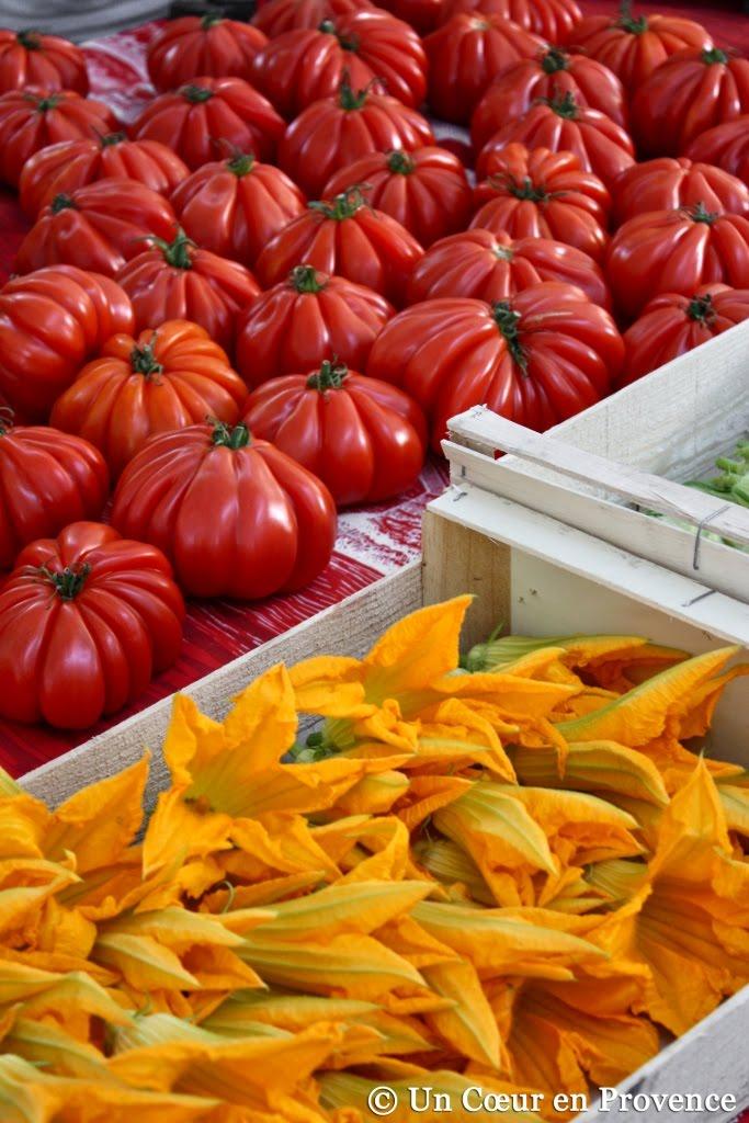 Tomates et fleurs de courgettes sur les étales du marché de Saint-Tropez