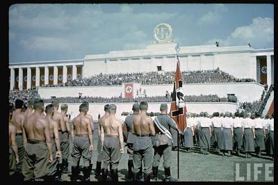 """Los congresos nacionales de Núremberg (en alemán y oficialmente: Reichsparteitag) fueron las concentraciones anuales realizadas por miembros del Partido Nacionalsocialista Obrero Alemán (NSDAP), celebrados entre 1923 y 1938.1 Dichas concentraciones daban gran publicidad al régimen de la Alemania nazi, logrando reunir alrededor de 500.000 miembros del partido nazi en todo el periodo en que se celebraron dichos mítines.  Los espectáculos de una semana de duración siempre tuvieron lugar en septiembre. En el centro de atención fueron discursos de Adolf Hitler y desfiles de todas las organizaciones importantes del estado nacionalsocialista en el """"Reichsparteitagsgelände"""" (terreno de los congresos nacionales del Reich) y en el casco antiguo de Núremberg.2 Historia de los congresos  Las primeras concentraciones organizadas por el NSDAP se efectuaron en 1923 en Múnich y en 1926 en Weimar. Desde 1927 en adelante, Núremberg fue el punto principal de reunión. Una de las razones por las que se seleccionó dicho lugar se debía a que se hallaba en el centro del """"Reich"""". En Núremberg, los congresos tenían lugar en el llamado Campo Zeppelín.  Después de la toma del poder por los nazis, en enero de 1933, los congresos pasaron a celebrarse durante la primera mitad del mes de septiembre bajo el lema Reichsparteitage des deutschen Volkes (""""Congreso nacional del partido del pueblo alemán""""), lo cual daba a entender la solidaridad del pueblo de acuerdo a la ideología nazi.  Cada congreso realizado por los nazis entre 1933 y 1938 tenía un lema, el cual se relacionaba con eventos políticos de la época:      1933 """"Congreso de la victoria"""" (Reichsparteitag des Sieges) en referencia a la victoria del pueblo alemán ante el fracaso de la República de Weimar.     1934 Inicialmente no tenía ningún lema, pero luego se le llamó """"Congreso de la unidad y la fortaleza"""" (Reichsparteitag der Einheit und Stärke), """"Congreso del poder"""" (Reichsparteitag der Macht) o """"Congreso de la voluntad"""" (Reichsparteitag """