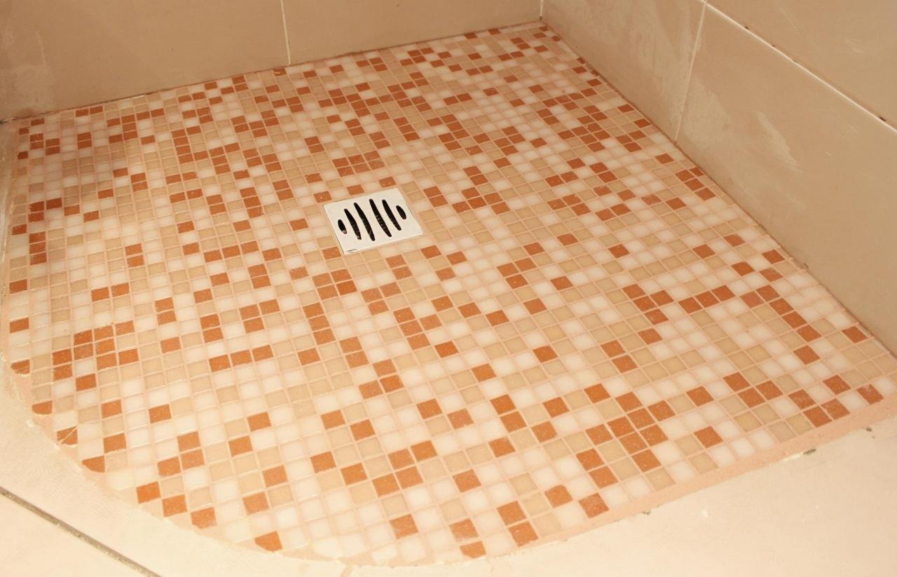 Укладка мозаичной плитки в ванной своими руками 35