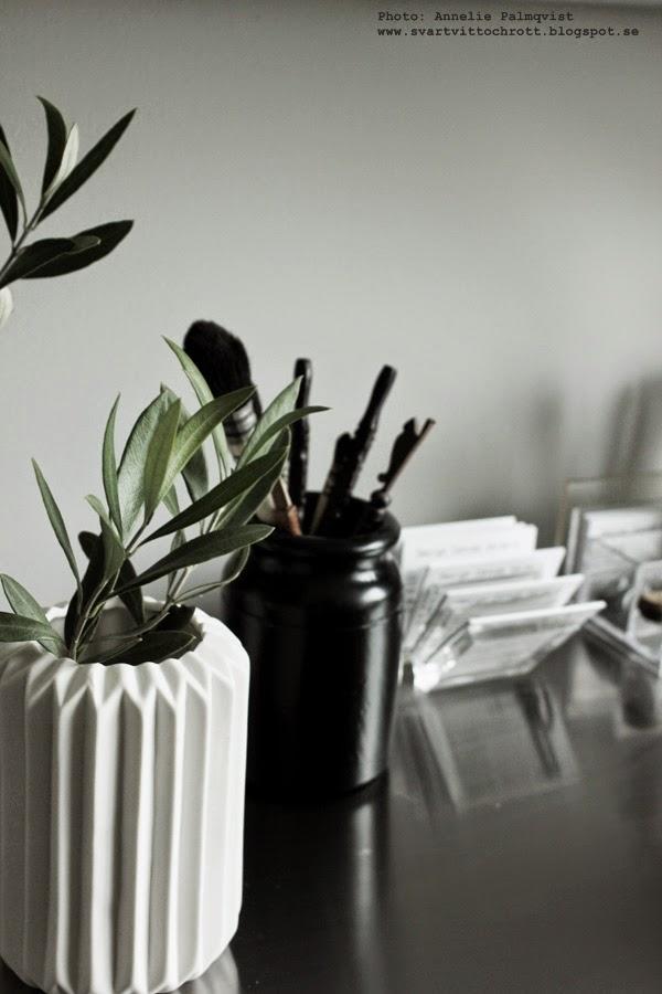 plexiglas visitkort ställ, burkar till penslar, svart och vitt, vas, netto, vitt, olivkvist, tips, inredningsblogg, hemmakontor,