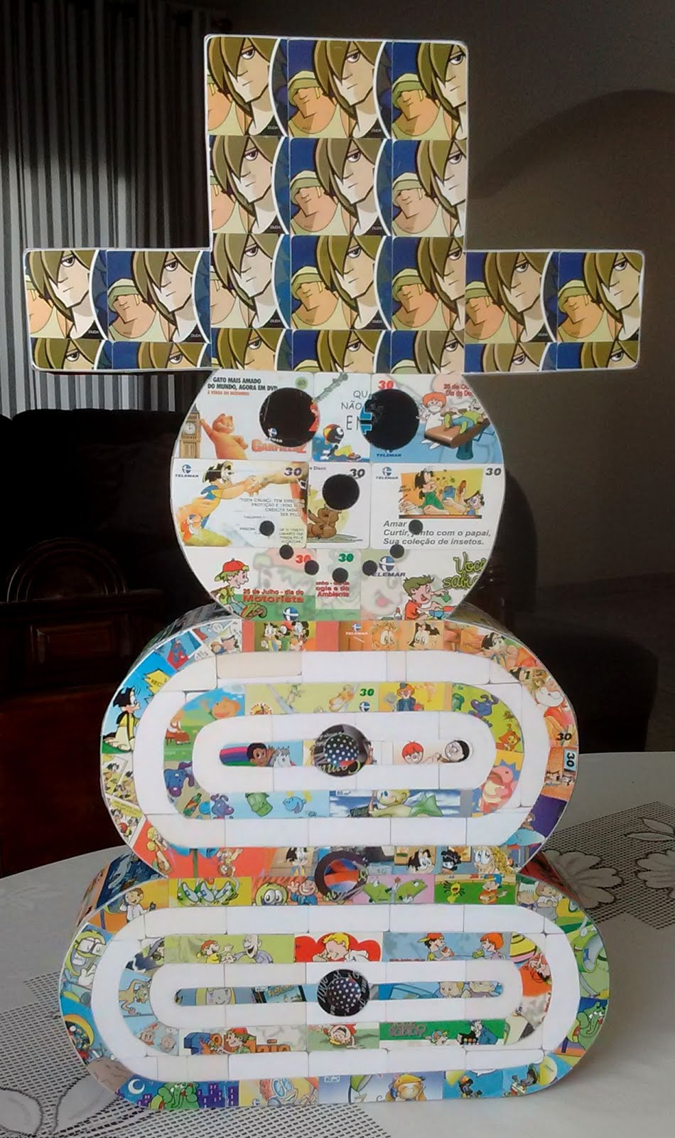 Arte feita com cartão telefônico e cartão SESC pelo artesão Charles Meira