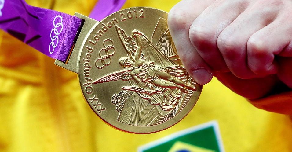 Arthur Zanetti mostra a medalha de ouro conquistada em prova de argolas