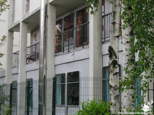Paris 11éme - Foyer de Jeunes de Charonne.  Architectes: P. Agard, F. Raymond  Panneaux de façade: Jean Prouvé  Construction: 1959