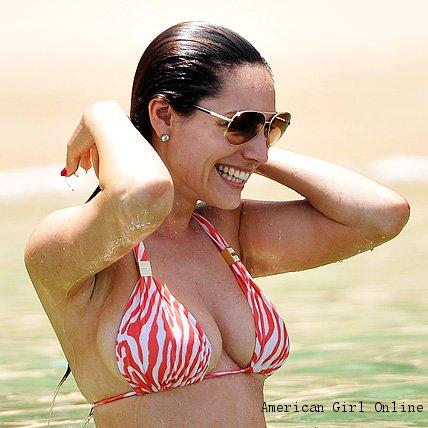 Brasil - Selena Gomez (19) terlihat santai berjemur dengan mengenakan ...