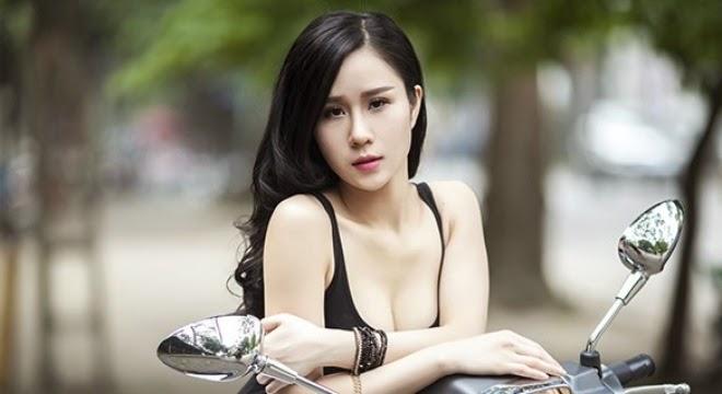 Người đẹp khoe vòng một căng tròn bên moto|raw
