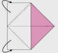 Bước 2: Gấp chéo hai góc bên trái tờ giấy về phía sau vào trong tâm giấy.