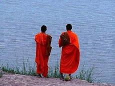 Los dos monjes, la mujer, y el río. 24-02-2011