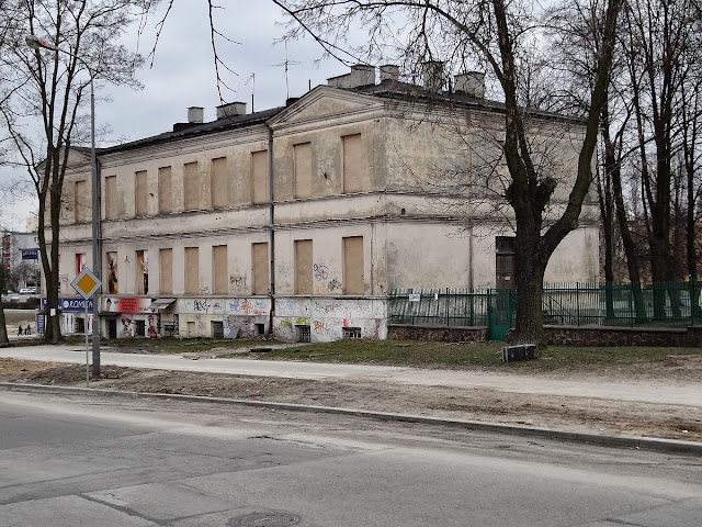 Przedwojenny budynek Społem przy Mielczarskiego przed wyburzeniem