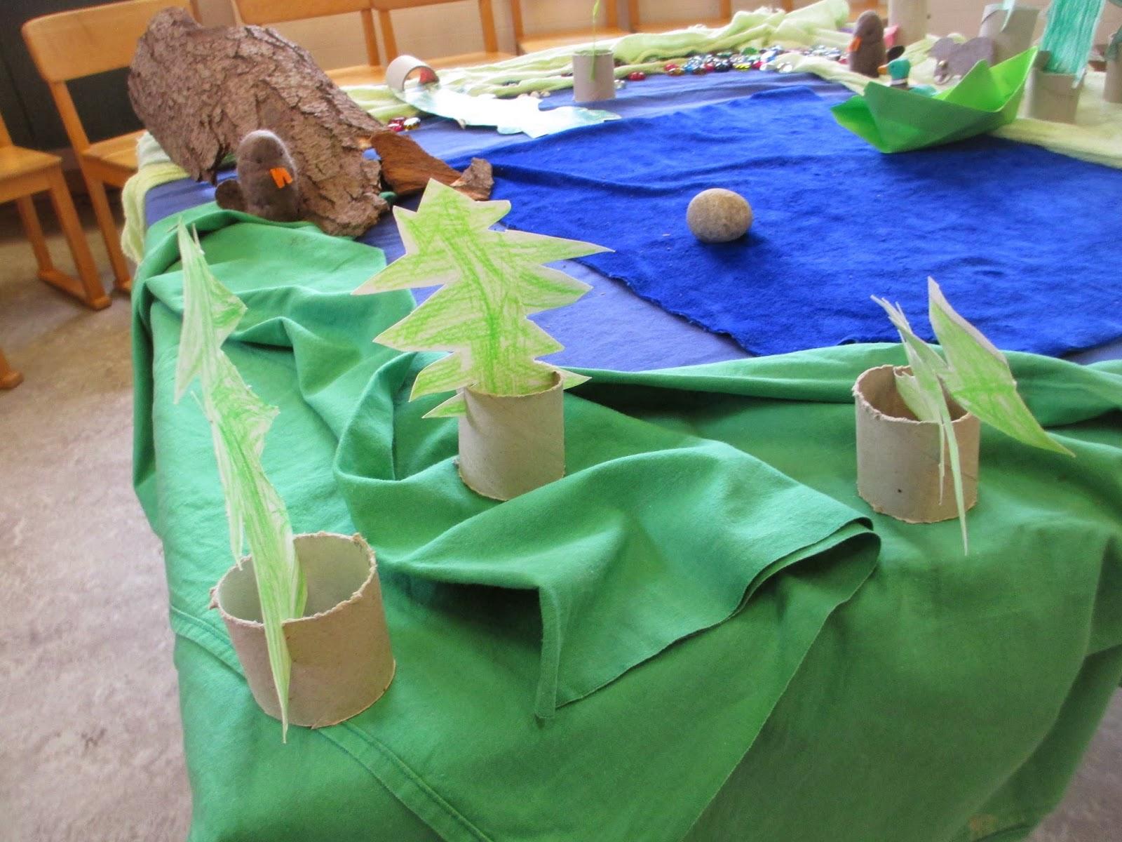Kindergartenkinder basteln Tannenbäume