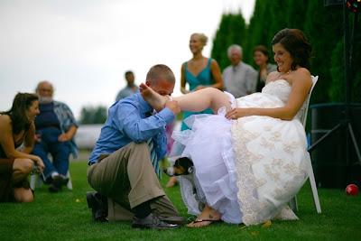 novio le levanta la pierna a la novia