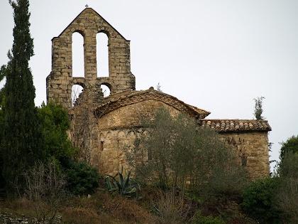 L'església de Sant Pere de Vallhonesta vista mentre hi arribem per llevant
