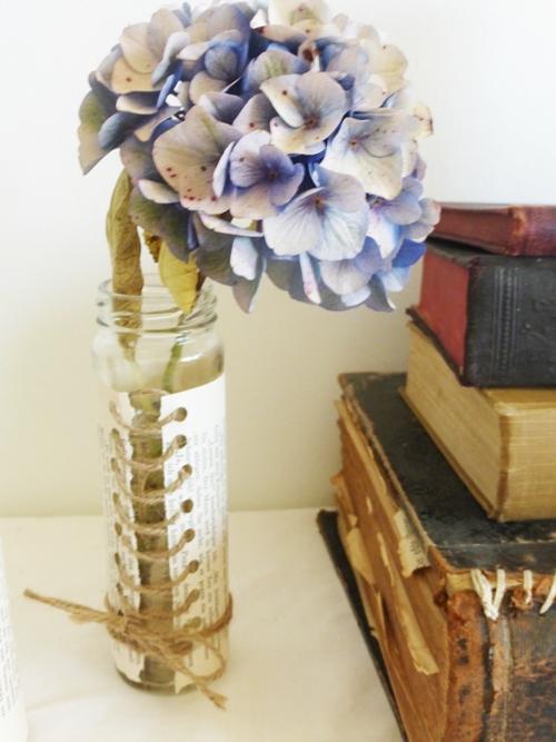 Großaufnahme Hortensie neben Bücherstapel shabby chic vintage