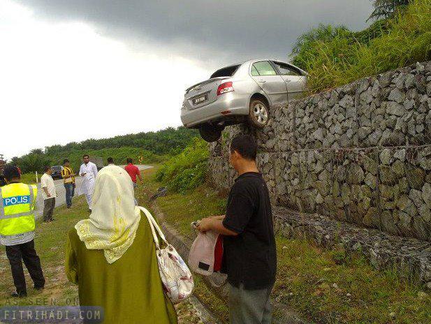 Gambar Kereta Toyota Vios Terbang Di Mersing Johor