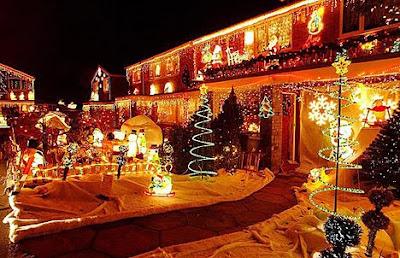 Una casa estilo mansión llena de luces para navidad