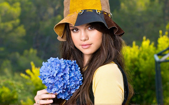 beautiful_selena_gomez_with_flower_Fun_Hungama