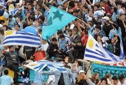 hinchas uruguayos contra peru
