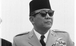 "Menyusun Struktur Teks Biografi ""Soekarno : Bapak Bangsa Indonesia"""