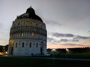 Tramonto in piazza dei miracoli, Pisa (foto ap)