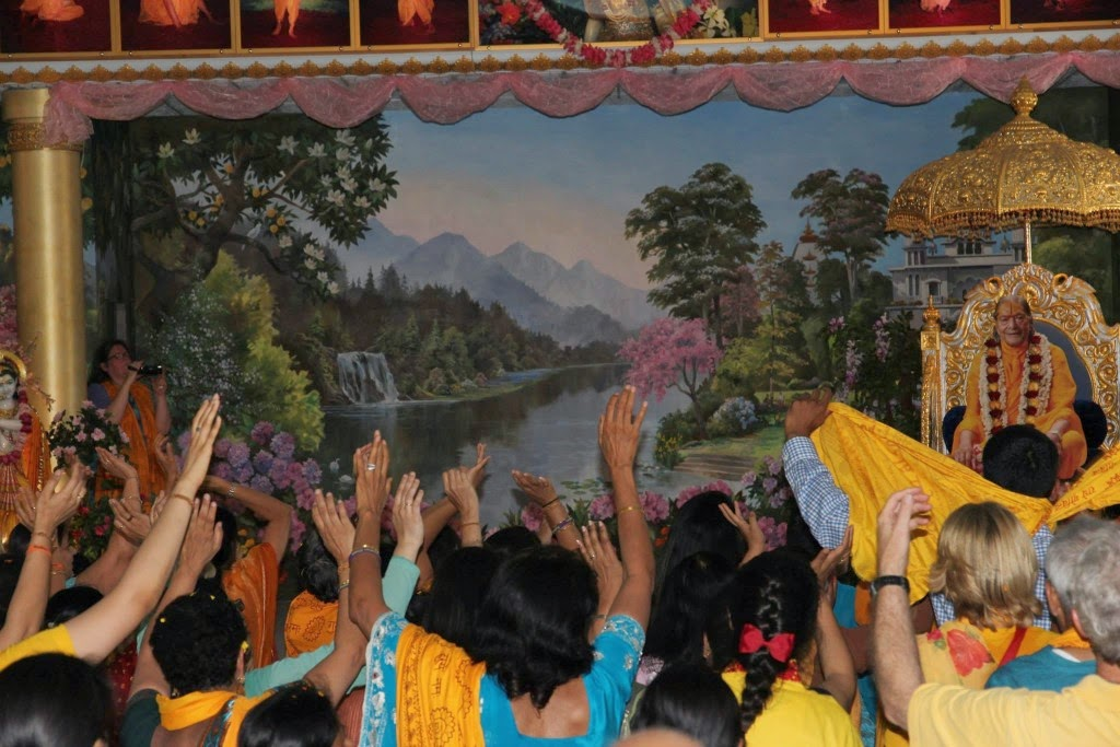 Devotees of Jagadguru Shree Kripalu Ji Maharaj dancing in bliss