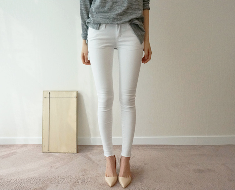 White denim, nude pumps, oversized grey sweater, ootd