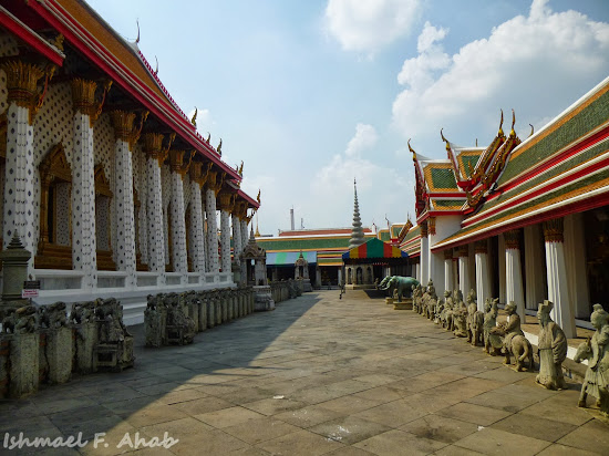 Inner courtyard of the Wat Arun ubosot