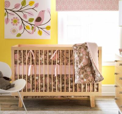 cuarto de bebé en rosa y amarillo