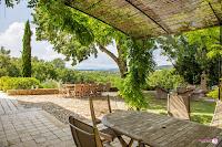 Salle à manger d'extérieur avec vue sur la Sainte-Baume