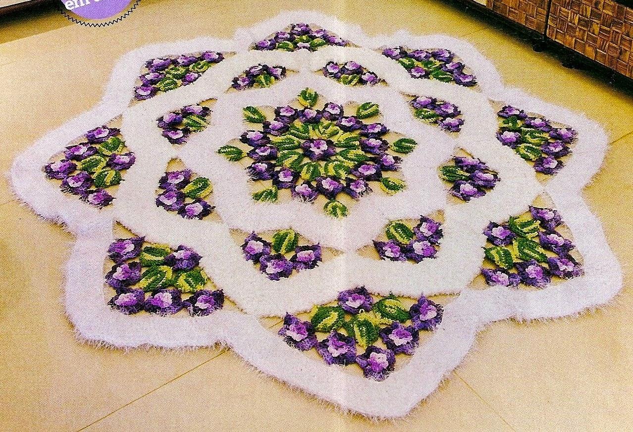 Alfombra diseño estrella con centro floral tejida con ganchillo