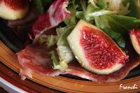 Ensalada de jamón y salami con higos