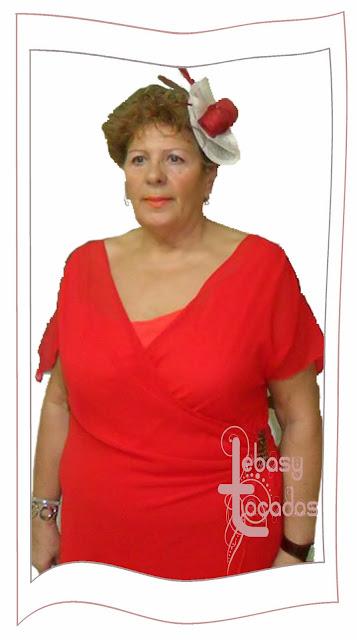 Tocado en blanco y rojo de Lebasy Tocados en el desfile de la Asociación de Amas de casa de Manzanares.