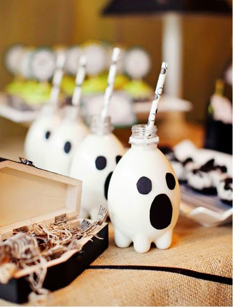 Quick & Easy: Halloween inspired food for toddlers | halloween party food for kids | party food | kids food | halloween | pinterest | ghost milk |mummy hotdogs | spider biscuits | juice box mummys | witches broomsticks with cheese | party food for kids | halloween ides | quick and easy part food | mamasVIb | house of smiths | kid friendly food | trick or tray | graveyard cake | mamas VIB |