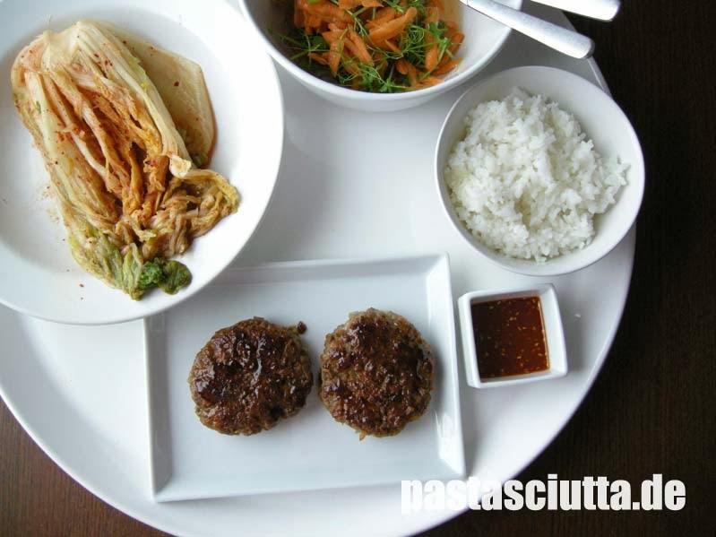 Kimchi, Tteok Galbi, Möhren mit Erbsenkraut, Reis, Bulgogisauce