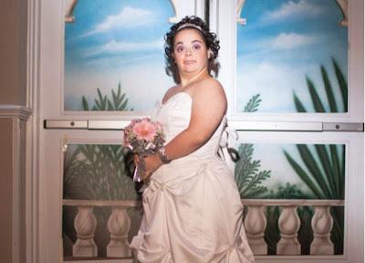 بالصور.. أم تحقق حلم ابنتها المصابة بـ«متلازمة داون» وتقيم لها حفل زفاف دون عريس