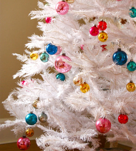 match the ornaments to your wall color white christmas tree can be decked up in any color and look gorgeous each time - White Christmas Tree Decoration Ideas
