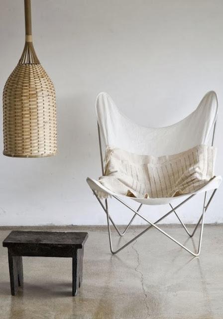 design krzesła butterfly z białym pokryciem i białym stelażem