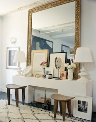 espelho grande com moldura clássica