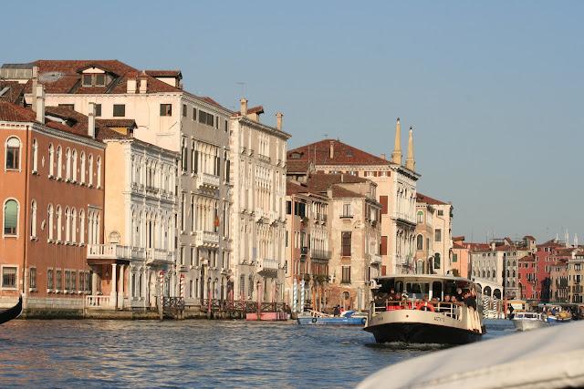 Большой канал Венеции - общественный транспорт - катера