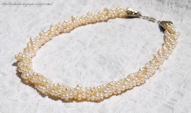 Ожерелье из четырех нитей жемчуга.