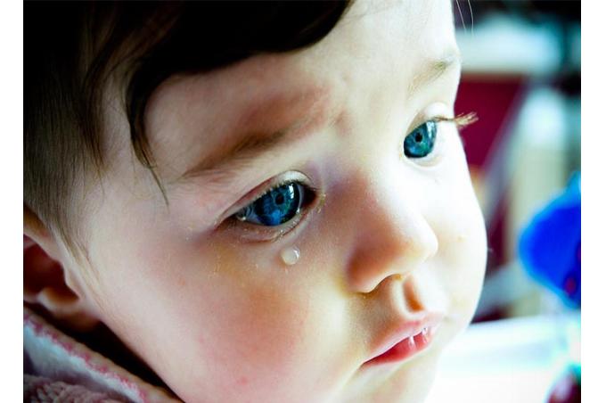 صورة طفل أبيض جميل العيون الزرقاء يبكي بدموع العيون