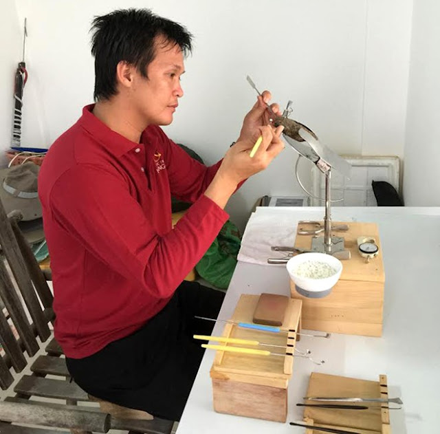 Trai ở đây được nuôi cấy nhân tạo. Chủ cơ sở, anh Hồ Thanh Tuấn cho biết, ở Việt Nam, thiên nhiên đã ban tặng nhiều địa điểm tuyệt vời trải dài khắp bờ biển, thích hợp cho việc nuôi trai lấy ngọc, nhưng Nha Trang là vùng biển đảm bảo nhiều yếu tố như ít bão, lũ lụt, ô nhiễm ...