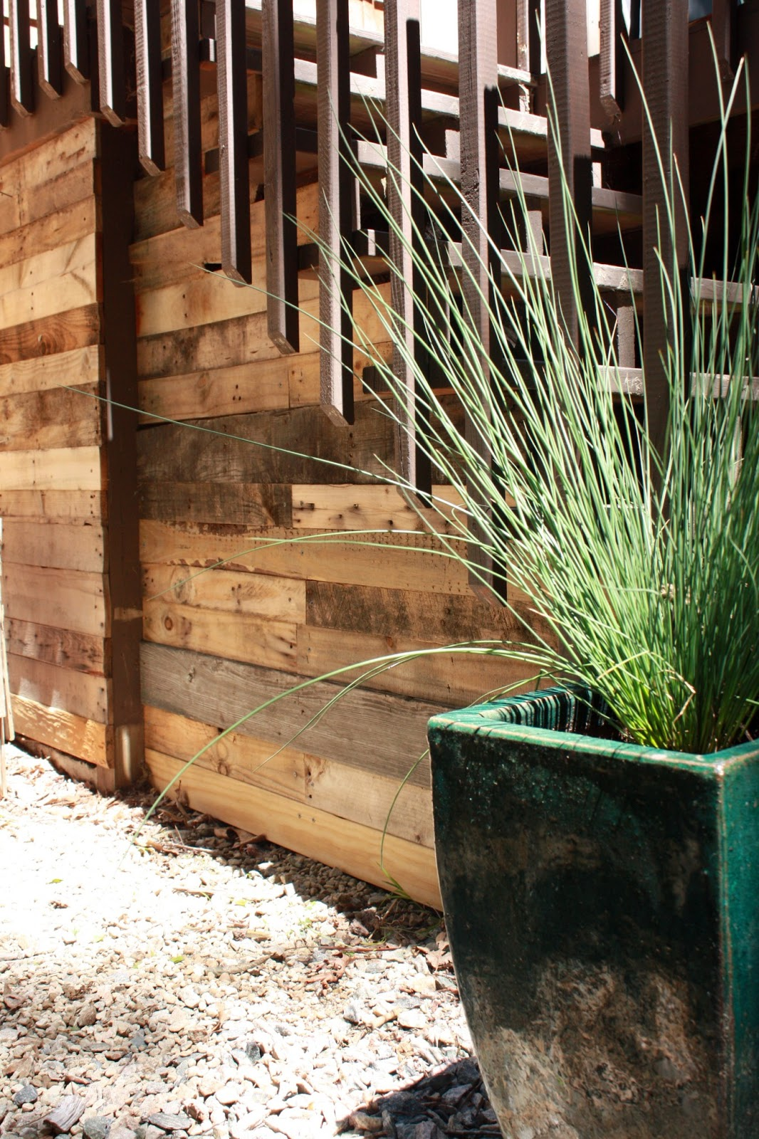 Visibly Moved DIY Pallet Deck Furniture