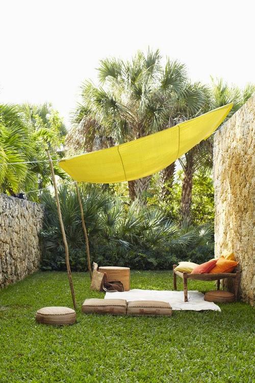 exterior toldo amarillo muebles naturales