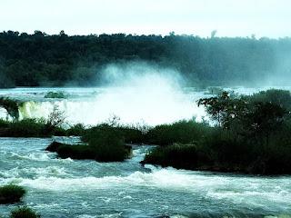 Vapor d'água das quedas visto a partir do Mirante do Elevador, em Foz do Iguaçu.