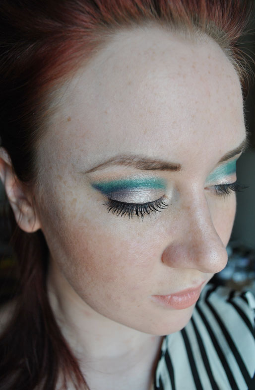 makeup photo a day, how to get eyeshadow in your crease, how to use a dome brush, green eyeshadow