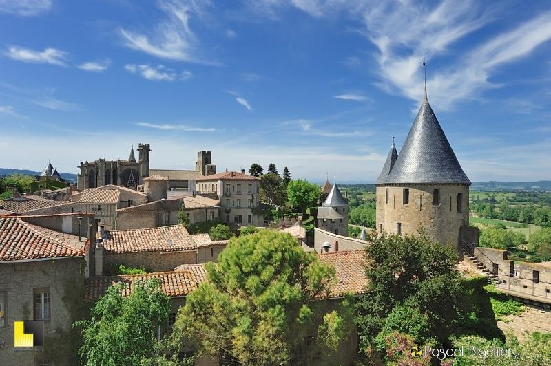 Les toitures de la cité de Carcassonne avec en fond l'église saint nazaire photo pascal blachier